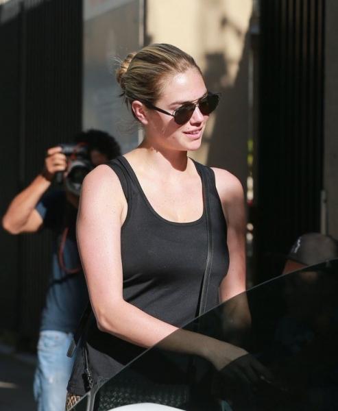 Папарацци не узнали прихрамывающую Кейт Аптон без макияжа