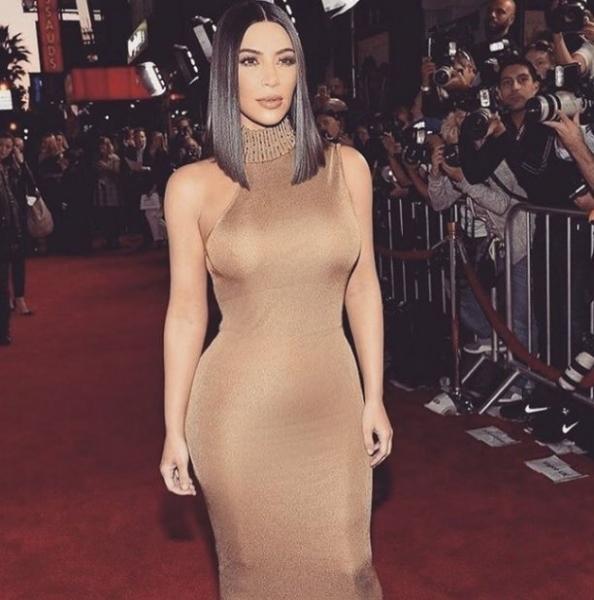 Ким Кардашьян в облегающем платье призвала к изучению истории армянского народа