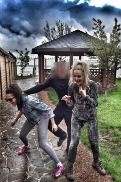 Экс-солистка группы «Динама» скрывается от избившего ее отчима