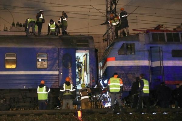 Следователи выясняют причины столкновения поезда и электрички в Москве