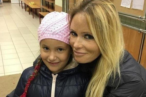 Мама Даны Борисовой нашла виновных в наркомании дочери
