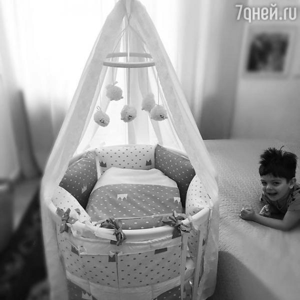 Беременная Анастасия Стоцкая обустраивает детскую комнату