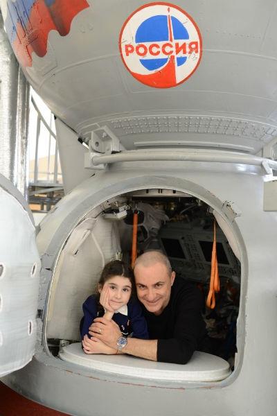 Михаил Турецкий посадил детей в космический корабль