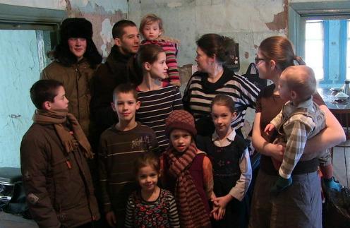Многодетная семья Мартенсов избегает людей после отъезда из России