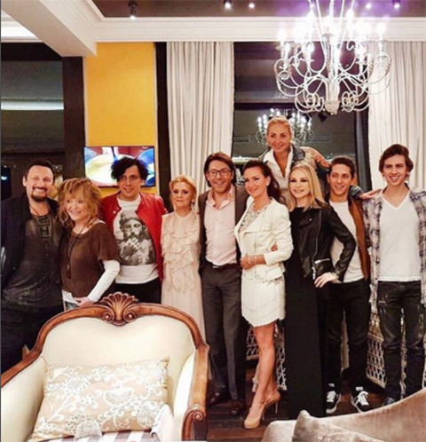 The wife of a famous producer lit in the company of the grooves and Pugacheva