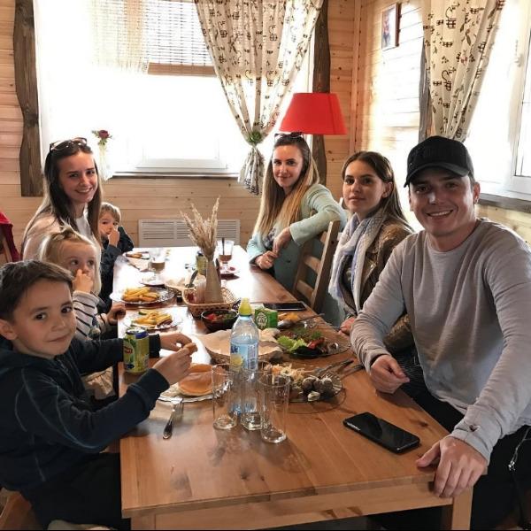 Евгений Кузин привел возлюбленную на ужин с бывшей женой