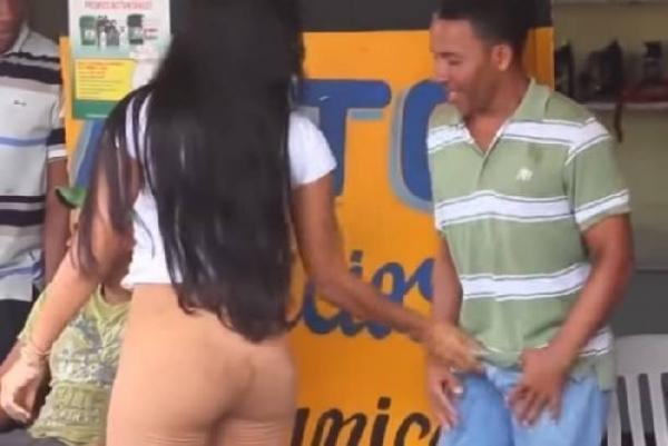 Видео развратной девушки, хватающей мужчин за причиндалы набирает обороты