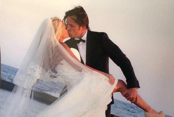 Александр Ревва показал архивный снимок с женой