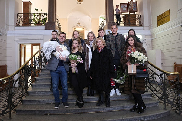 Александр Кержаков забрал жену и сына из роддома. ФОТО