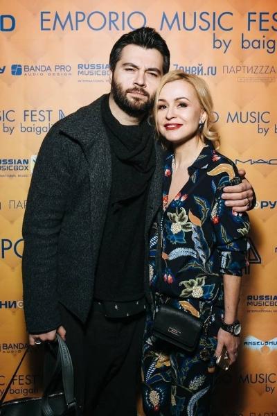 Алексей Чумаков был замечен на мероприятии, обнимая незнакомку