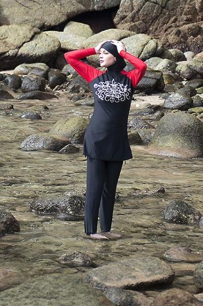 Линдси Лохан удивила сеть снимком в мусульманском купальнике