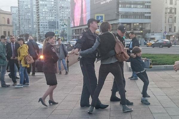 10-летний школьник был задержал полицией за чтение Гамлета в центре Москвы
