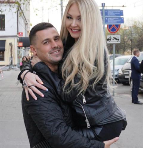 Дарья Пынзарь оторвалась с мужем в караоке-баре