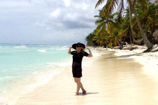 59-летняя Елена Кондулайнен оголилась на пляже Доминиканы