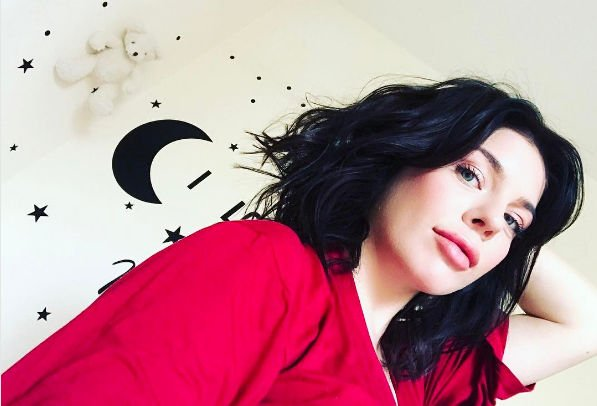 Беременная Анастасия Стоцкая не может отказать себе в сладостях