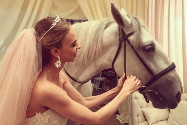 Надежду Сысоеву поздравляют с замужеством