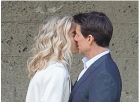 Тома Круза застали за поцелуями с коллегой