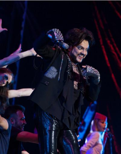 Шипы, пайетки и мантия: эпатажные наряды Филиппа Киркорова на юбилейном шоу