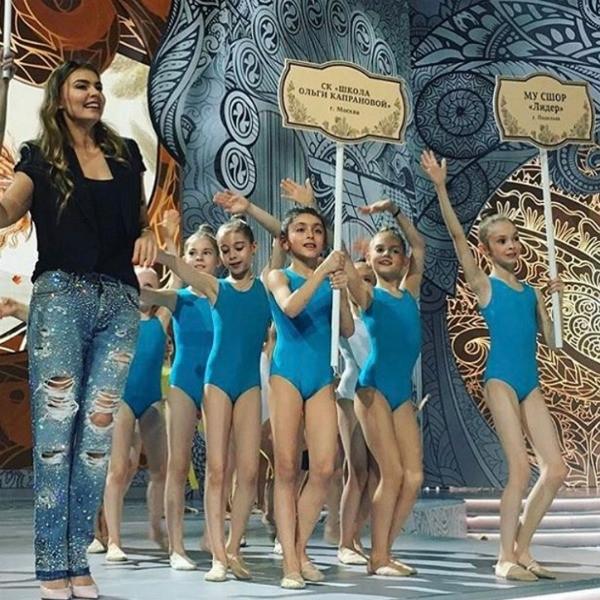 Алина Кабаева произвела фурор в ультрамодных джинсах