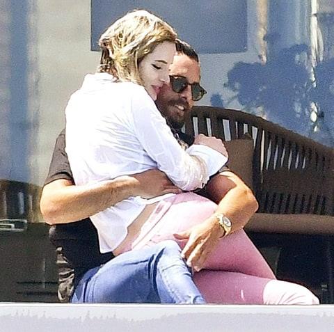 Скотт Дисик и Бэлла Торн целовались у бассейна в Каннах