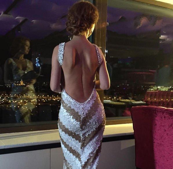 Елена Захарова показала фигуру в откровенном платье