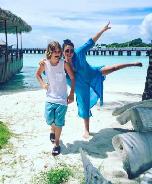 Ирина Дубцова опубликовала снимок груди во время отдыха с сыном