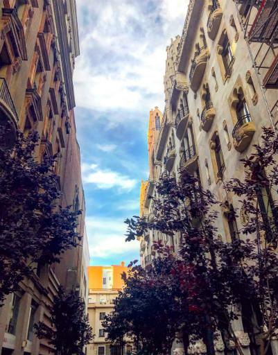 Гауди, деликатесы и романтика: солнечные каникулы Татьяны Навки с семьей в Барселоне