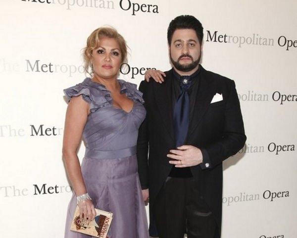 Анна Нетребко блеснула в платье с глубоким декольте