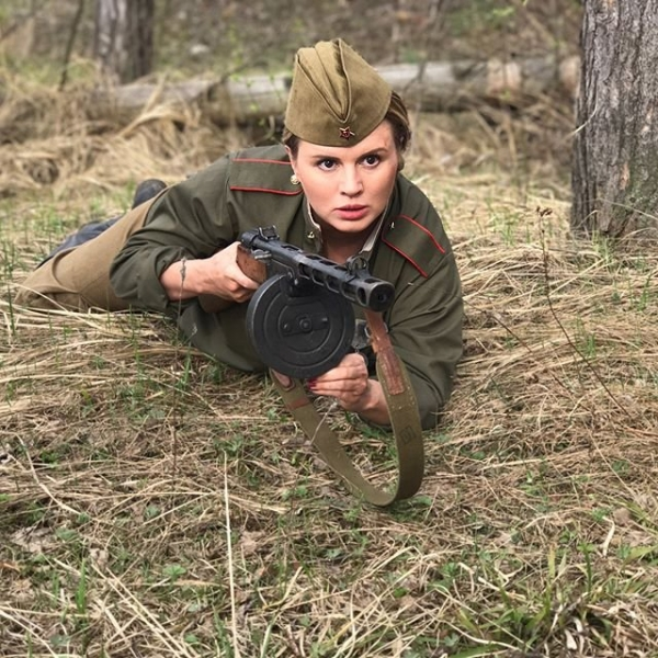 Анна Семенович удивила сеть снимком в военной форме с оружием