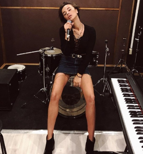 Певица Алеси Висич продемонстрировала роскошное тело в бикини