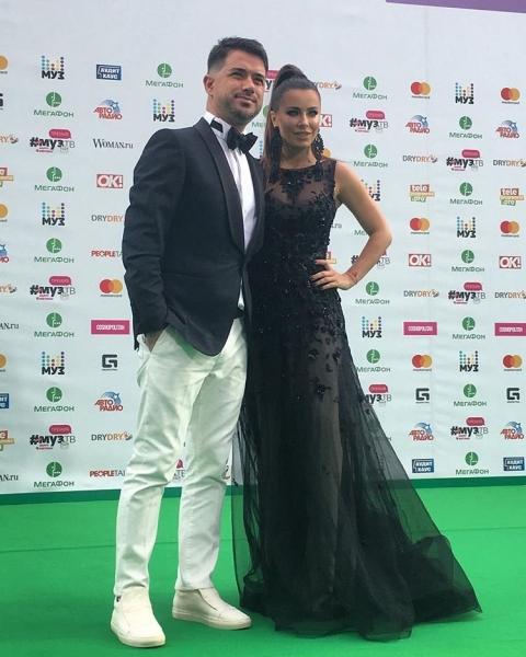 Ани Лорак на дорожке премии МУЗ-ТВ 2017 в компании супруга