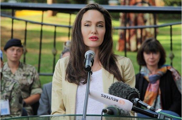 Фанаты обеспокоены безэмоциональным лицом Анджелины Джоли из-за ботокса
