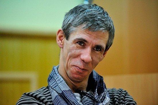 Алексей Панин дурачился в женском белье на улицах Ульяновска