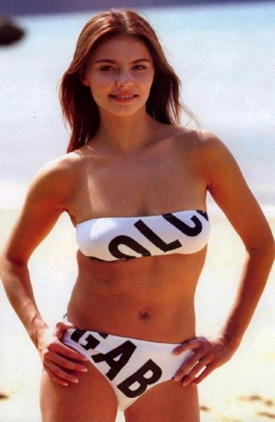 Алина Кабаева поразила фигурой в купальнике
