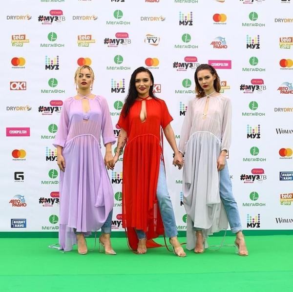 Группа Serebro удивила публику премии МУЗ-ТВ 2017 необычными туниками