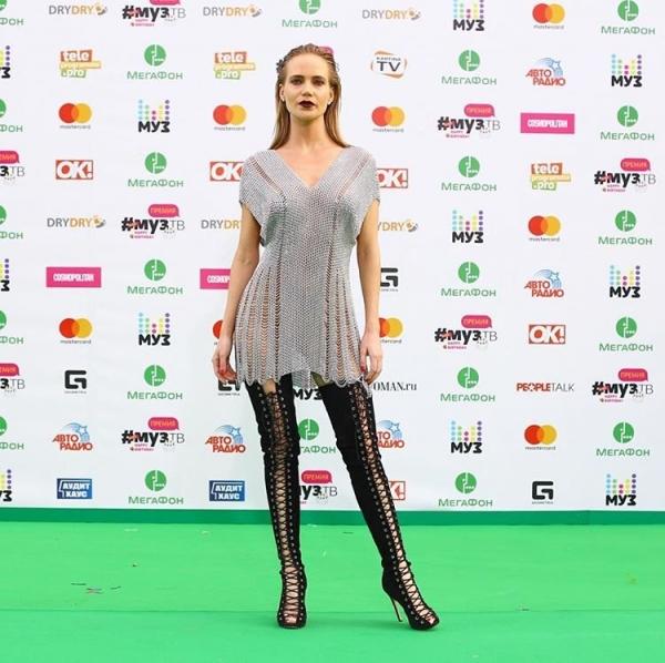 Наташа Ионова удивила зрителей премии МУЗ-ТВ 2017 металлическим платьем и высоким ботфортами