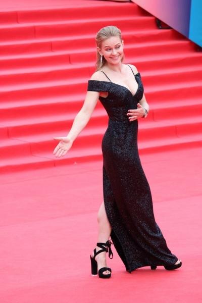 Юлия Пересильд появилась на закрытии ММКФ-2017 в элегантном чёрном наряде