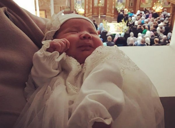 Дмитрий Соколов показал свою новорожденную дочку