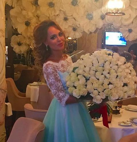 Беременная Анна Калашникова получила дорогие украшения на день рождения