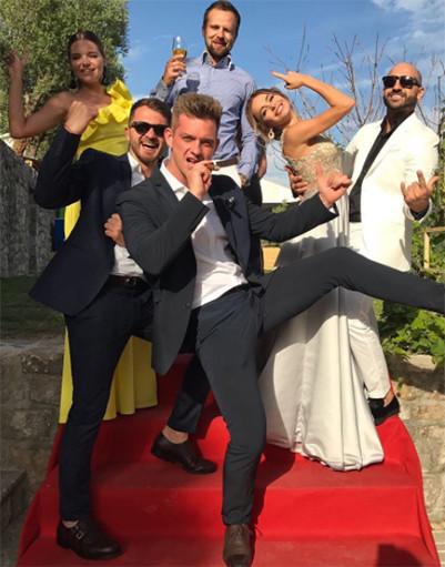 Беременная Дакота зажгла на роскошной свадьбе подруги в Черногории