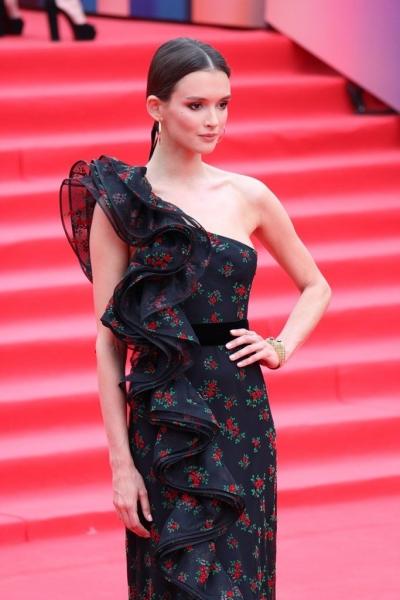 Паулина Андреева взорвала красную дорожку своим нарядом