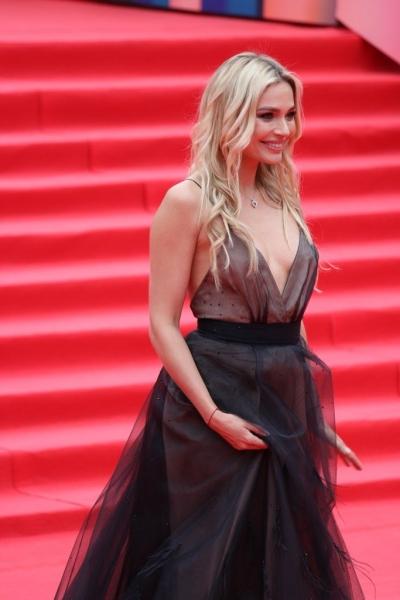 Наталья Рудова в роскошном платье с глубоким декольте на закрытии ММКФ-2017