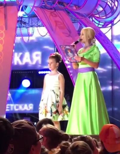Невесты Нюша и Юлианна Караулова зажгли на детской «Новой волне»