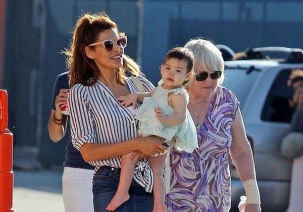 Ева Мендес теперь не прячет младшую дочь от общественности