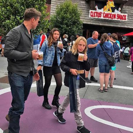 Брэд Питт погулял в Диснейленде с детьми Криса Корнелла