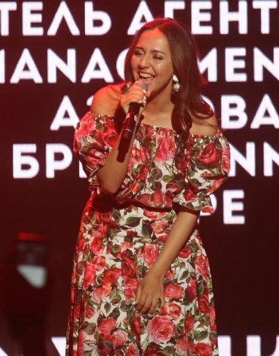 Алена Водонаева слилась в страстном поцелуе с бойфрендом на людях