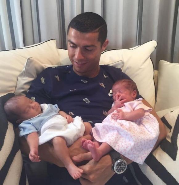 Криштиану Роналду разместил снимок новорожденных близнецов