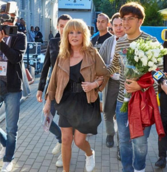 Алла Пугачева продемонстрировала стройные ноги в мини-платье