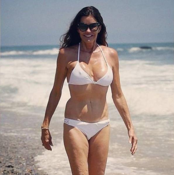 Дженис Дикинсон поразила фигурой в бикини
