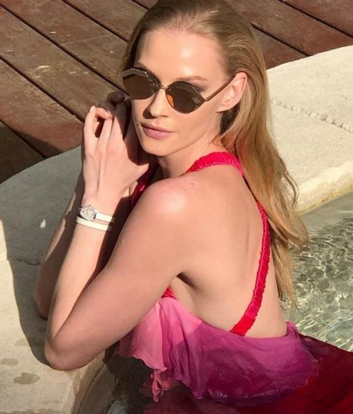 Светлана Ходченкова поделилась ярким снимком в бикини